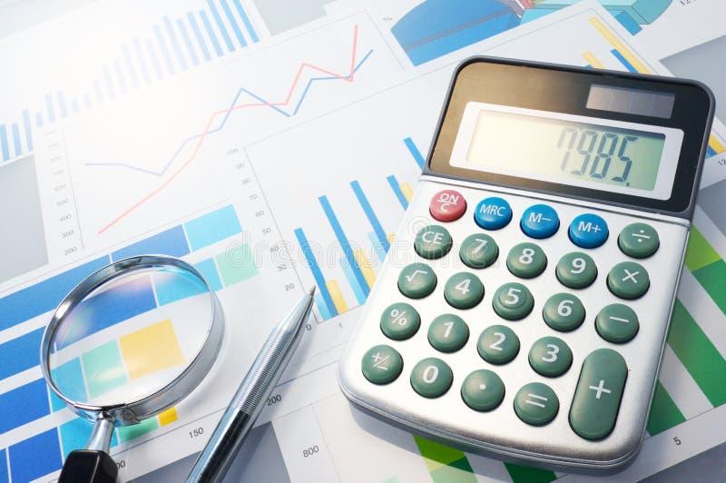 Grafieken, calculator, meer magnifier en pen. stock afbeelding
