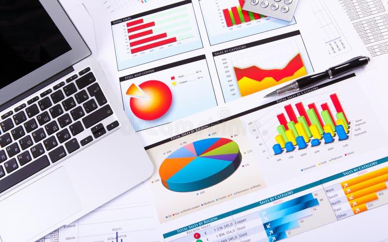 Grafieken, grafieken, bedrijfslijst. stock foto