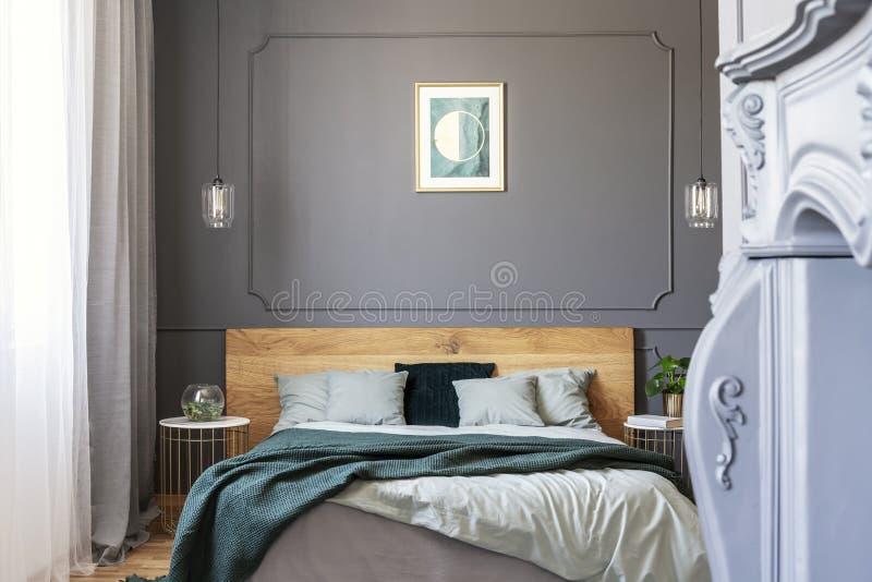 Grafik auf der Wand verziert mit Formteil in einem Schlafzimmerinnenraum stockfotografie