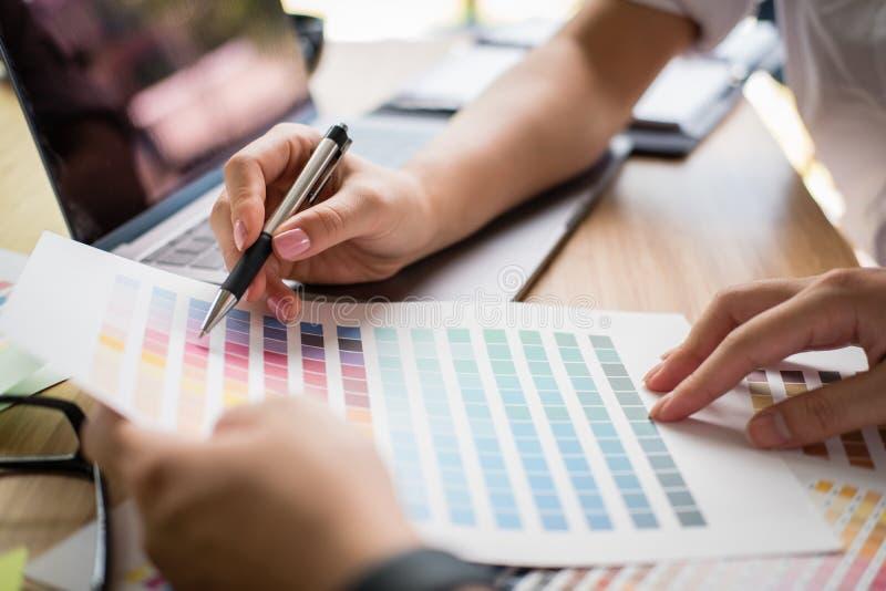 Grafika lub projektant wnętrz wybiera kolor od swatch próbki o obraz stock