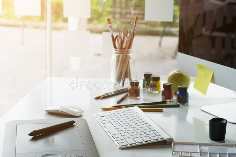 Grafikdesignarbeitsplatz-Mäusestift des Künstlers kreativer auf Schreibtisch lizenzfreie stockfotografie
