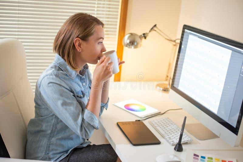 Grafikdesigner arbeitet an einem Computer unter Verwendung einer grafischen Tablette auf einer Tabelle Arbeiten mit Webdesign una lizenzfreies stockfoto