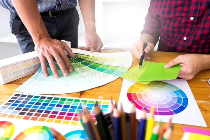 Grafikdesigner beschließen grüne Töne von den Farbbändern, um Ideen, kreative Entwürfe, Grafikdesigner zu entwerfen lizenzfreies stockbild