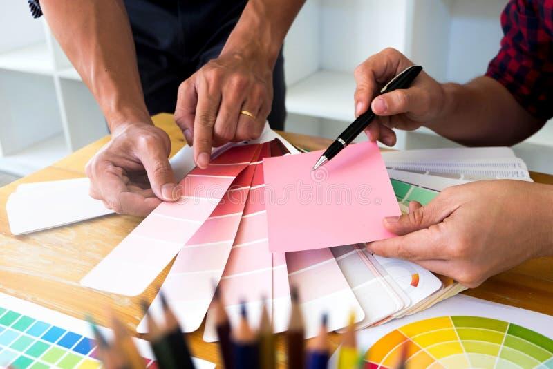 Grafikdesigner beschlie?en rosa T?ne von den Farbb?ndern, um Ideen, kreative Entw?rfe, Grafikdesigner zu entwerfen lizenzfreies stockfoto