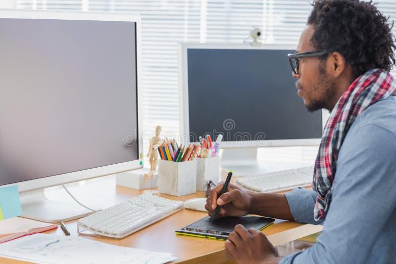 Grafikdesigner, der eine Grafiktablette verwendet stockfoto