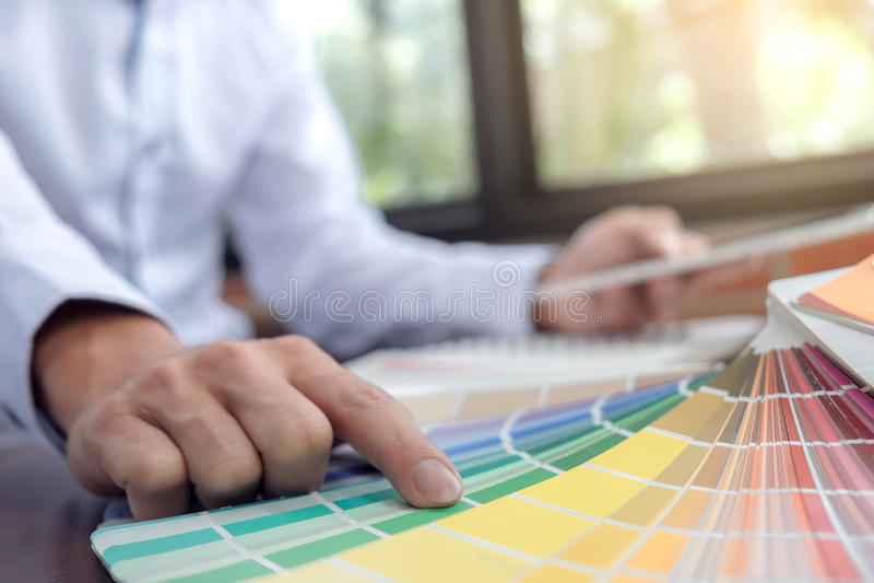 Grafikdesigner der kreativen Kreativität, der mit Grafiktabelle arbeitet lizenzfreie stockbilder