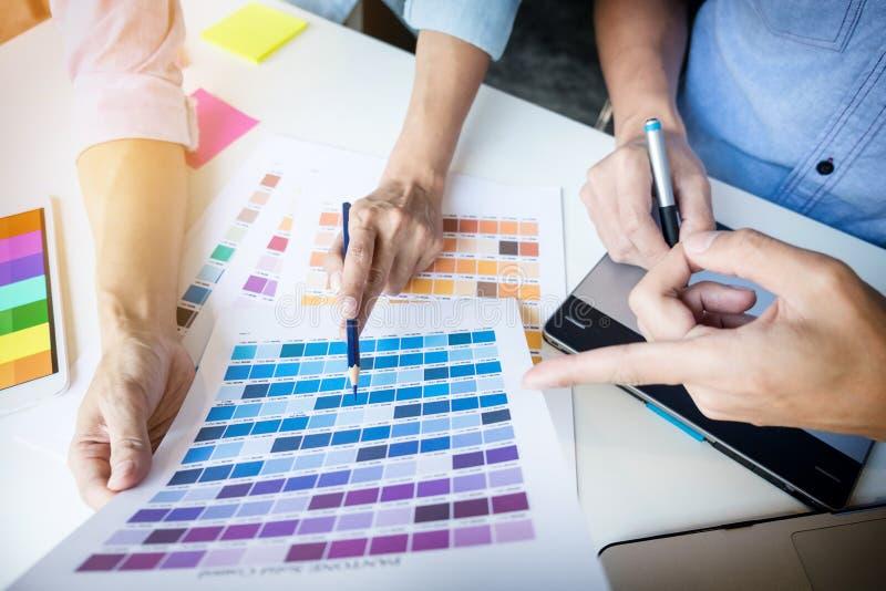 Grafikdesigner, die sich treffen, um neue Ideen im Büro zu besprechen Team w stockfotografie