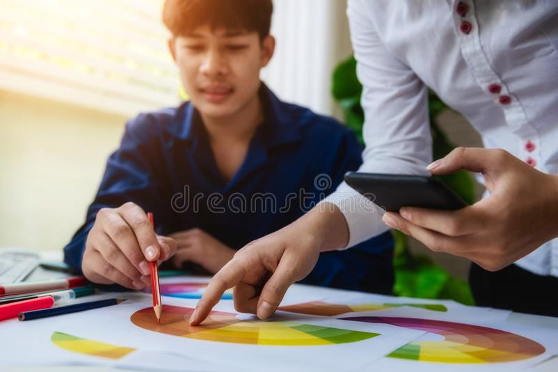 Grafikdesigner unter Verwendung der Farbmusterprobe mit Handy auf Künstlerarbeitsplatz GrafikKonzept des Entwurfes lizenzfreie stockfotografie