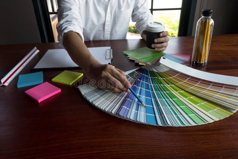 Grafikdesigner w?hlen Farben von den Farbbandproben f?r Entwurf Arbeitskonzept der grafischen Kreativit?t des Designers lizenzfreie stockfotos