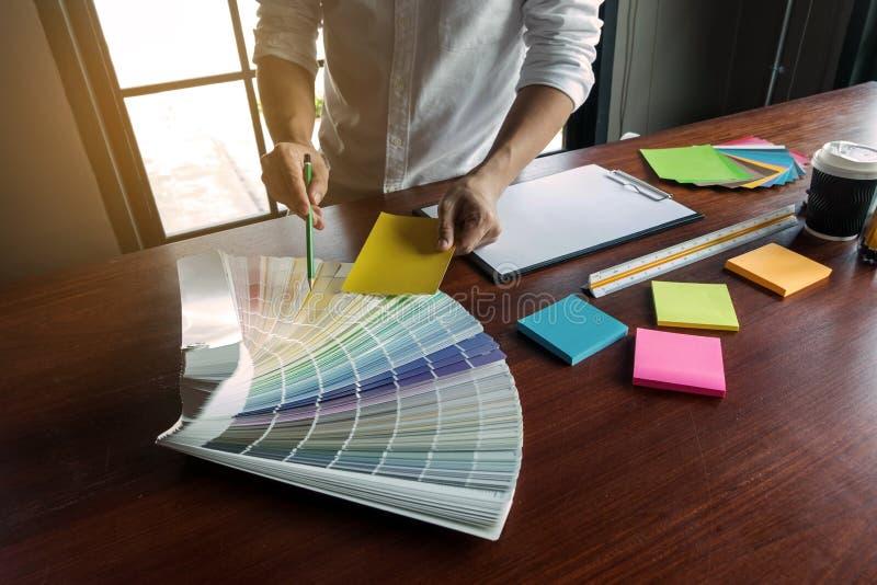 Grafikdesigner w?hlen Farben von den Farbbandproben f?r Entwurf Arbeitskonzept der grafischen Kreativit?t des Designers lizenzfreie stockfotografie