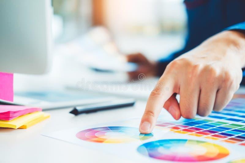 Grafikdesignerzeichnung auf Grafiktablette am Arbeitsplatz stockbilder