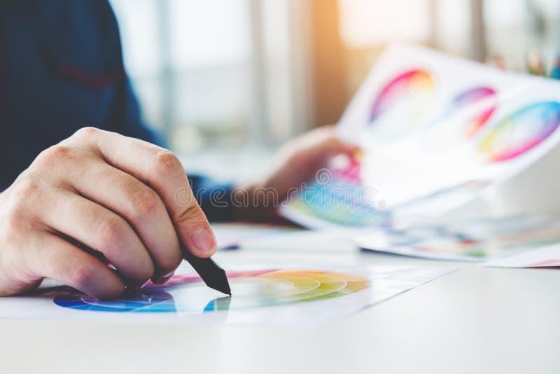 Grafikdesignerzeichnung auf Grafiktablette am Arbeitsplatz lizenzfreie stockfotografie