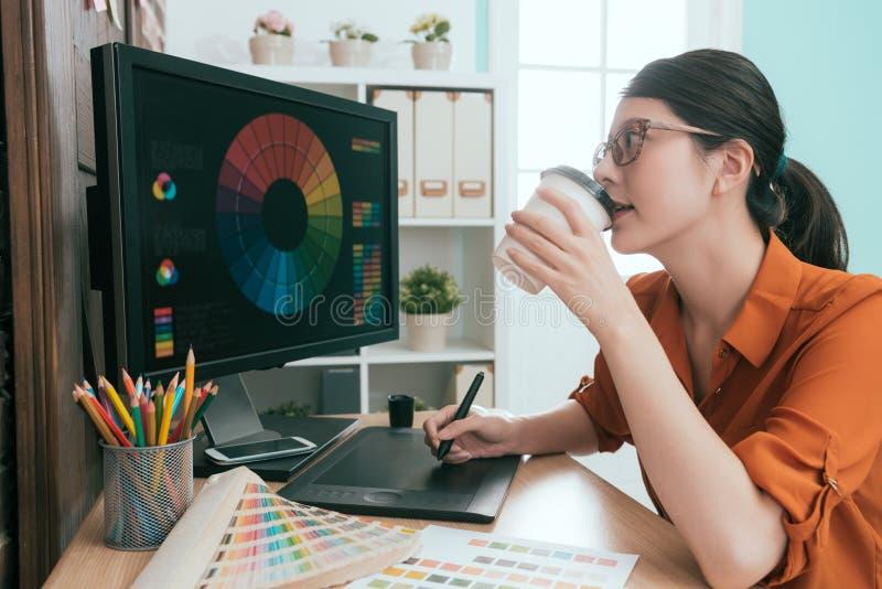 Grafikdesignfirmenweiblicher Büroangestellter stockbild