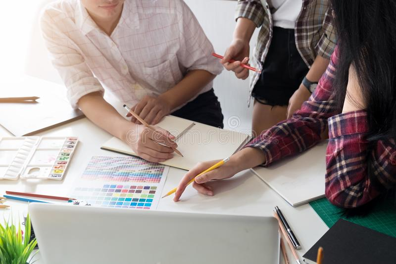 Grafikdesignteam-Kreativität Ideen an modernem Büroarbeitsplatz stockfotografie