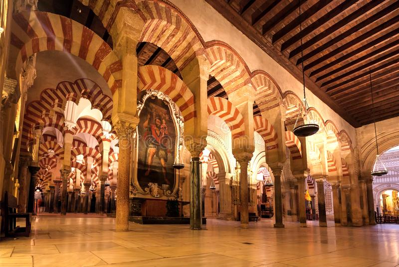 Grafiken mit religiösem Motiv und hohen Spalten des maurischen Mezquitas, Moschee-Kathedrale stockbild