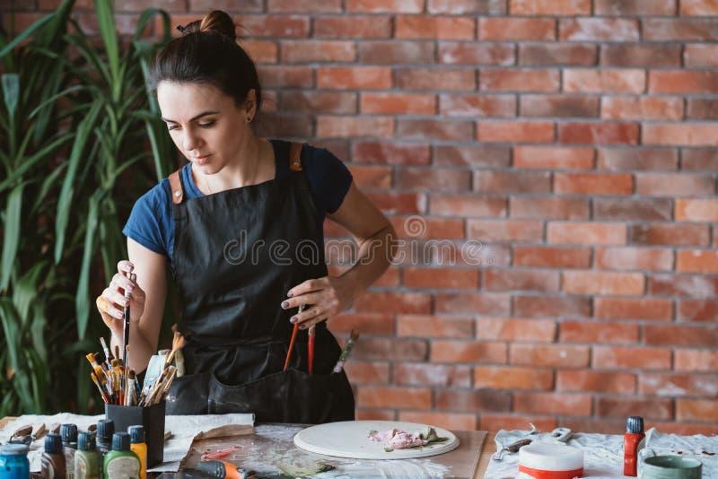 Grafiki koncentracyjnej sztuki kobiety pracowniany malarz fotografia royalty free
