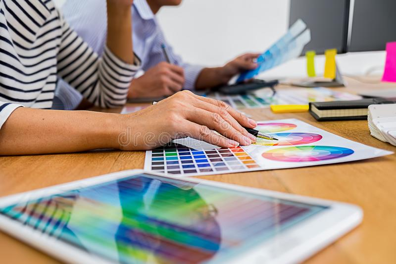 Grafisch ontwerp met kleurenmonsters en tablet op een bureau grafisch royalty-vrije stock afbeeldingen