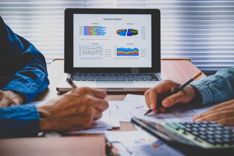 Grafisch van grafiek van de bedrijfs de financiële gegevensanalyse op laptop royalty-vrije stock foto