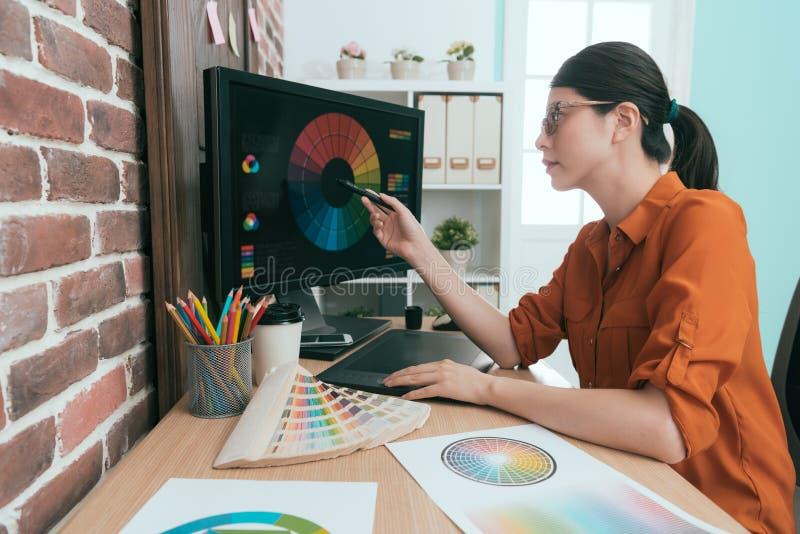 Grafische arbeider die het digitale stootkussenpen richten gebruiken stock foto