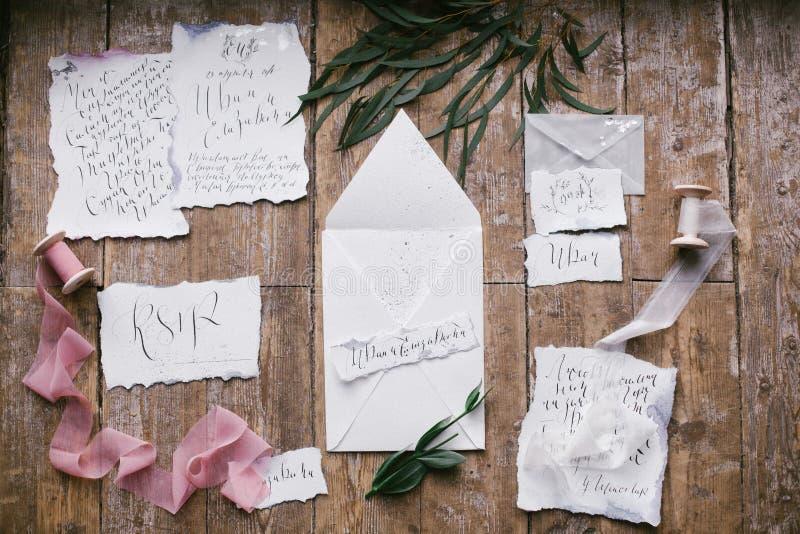 Grafische Künste von schönen Hochzeitskalligraphiekarten mit Blume und Chiffon- Spulen stockfotos