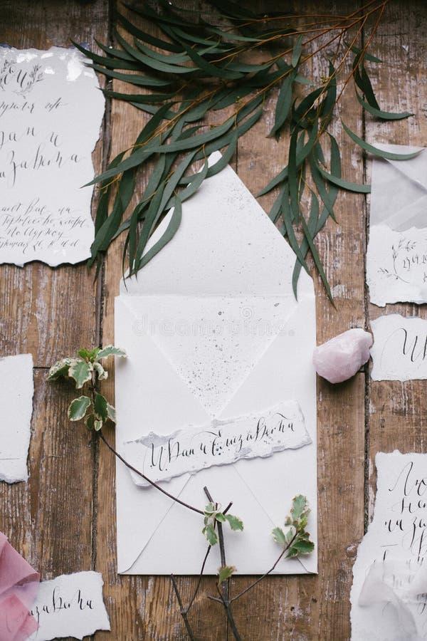Grafische Künste von schönen Hochzeitskalligraphiekarten mit Blume und Mineralstein stockbild