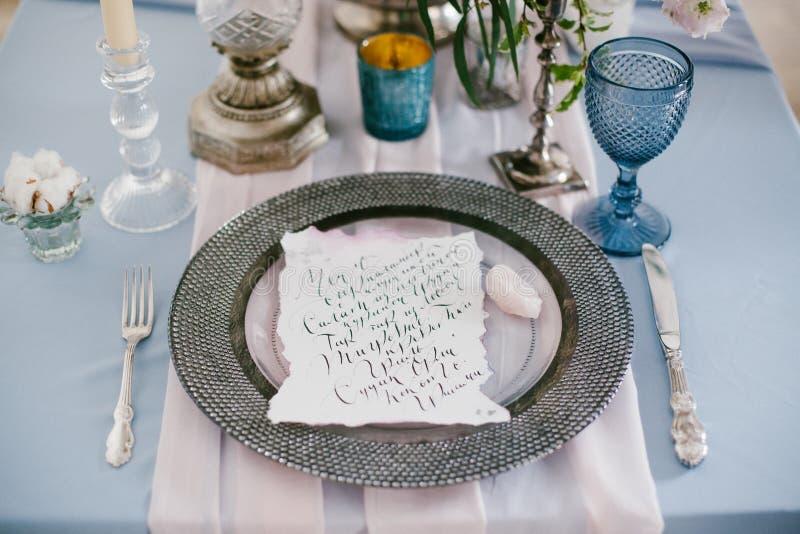 Grafische Künste von schönen Hochzeitskalligraphiekarten und von silberner Platte lizenzfreies stockbild