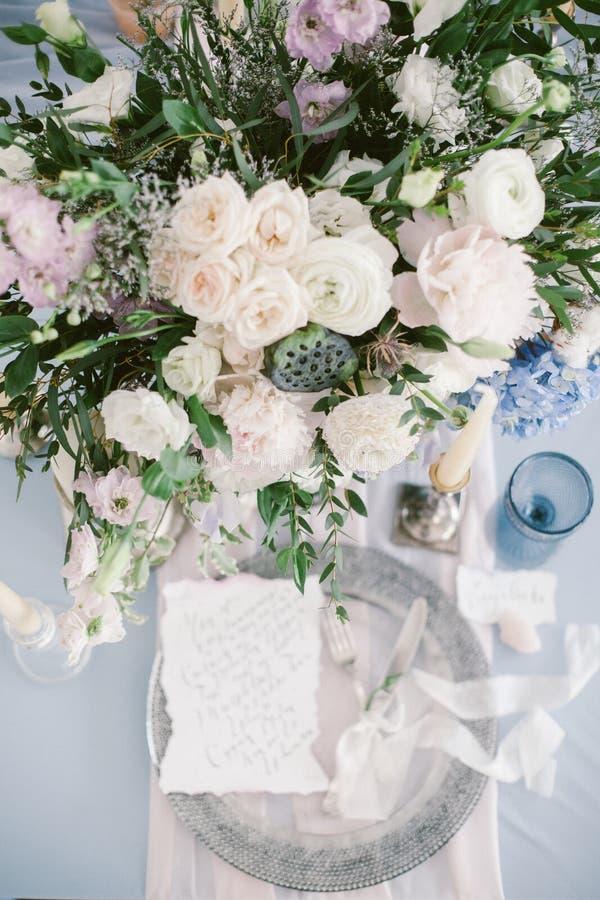 Grafische Künste von schönen Hochzeitskalligraphiekarten und von silberner Platte mit Tischbesteck stockfotografie