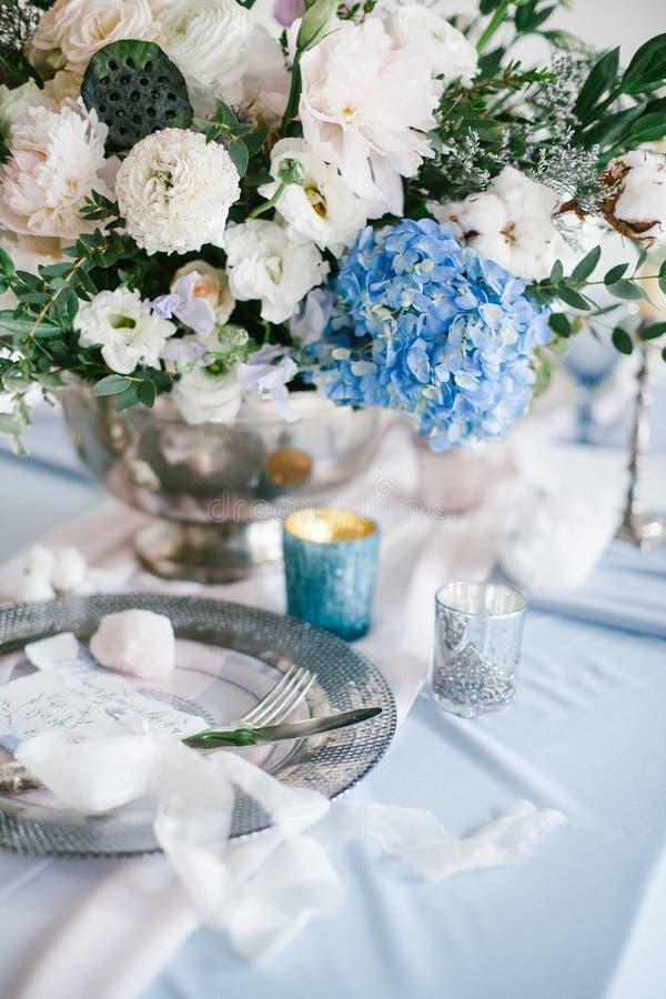 Grafische Künste von schönen Hochzeitskalligraphiekarten und von silberner Platte mit Tischbesteck lizenzfreie stockfotos
