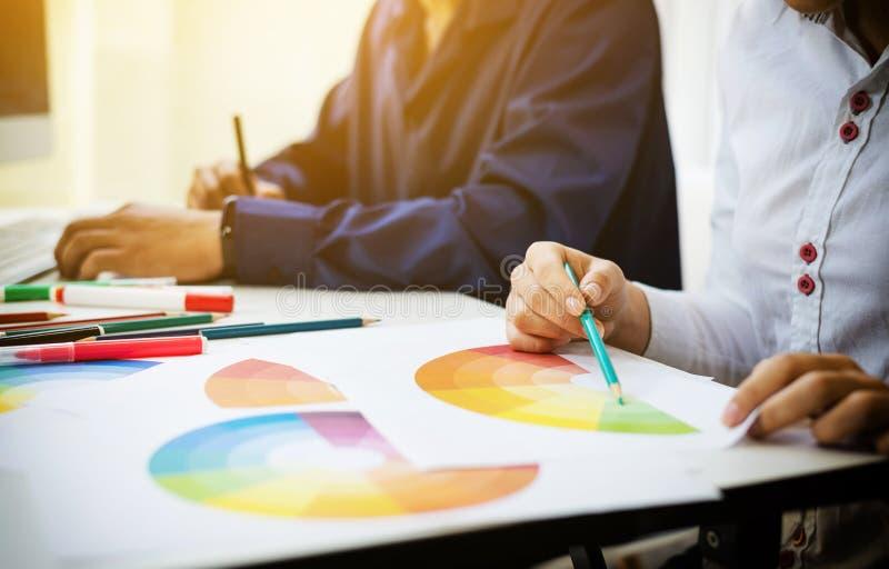 Grafische ontwerper Aziaat die van de het ontwerpredacteur van kleurenmonsters ux de ideeënconcept samenwerken stock foto's