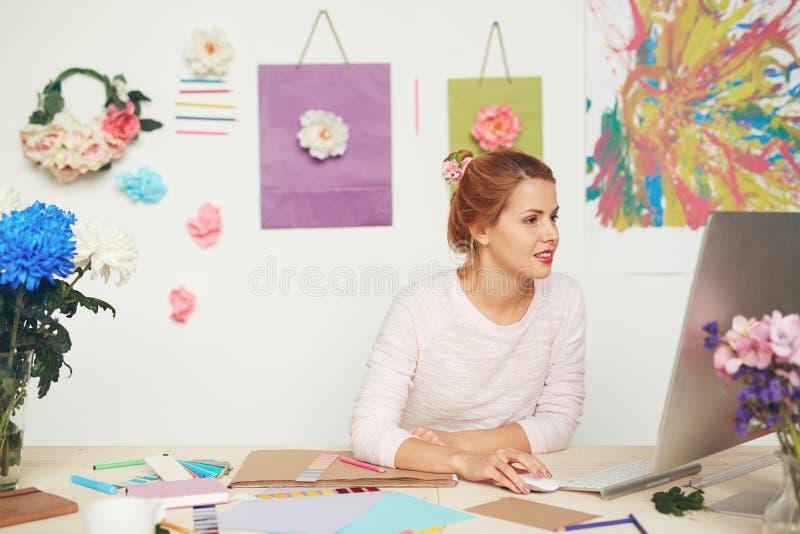 Grafische ontwerper die aan project werken royalty-vrije stock foto