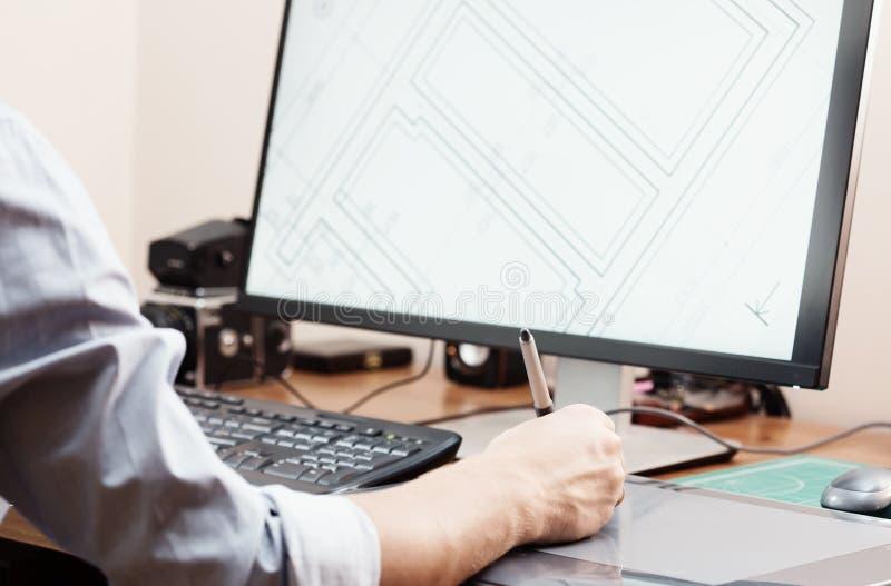 Grafische ontwerper die digitale tablet en computer in bureau of huis met behulp van Creatief proces Mensen op het werk stock fotografie