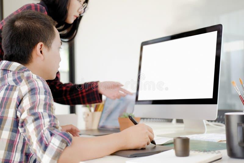 Grafische ontwerper die digitale tablet en computer met behulp van stock foto