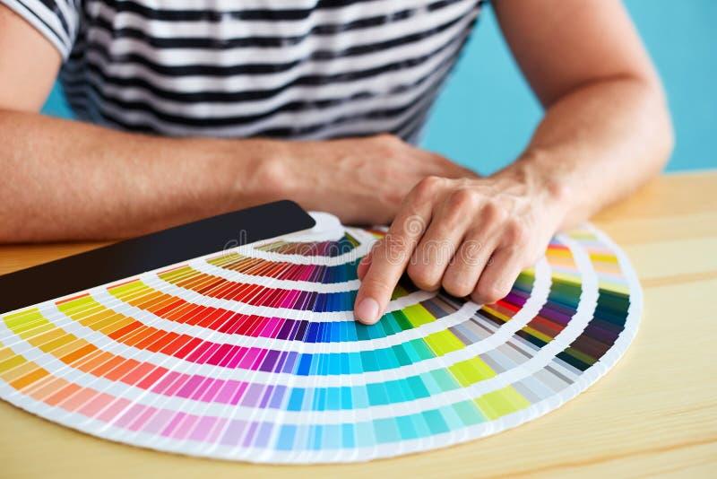Grafische ontwerper die een kleur kiezen royalty-vrije stock foto's