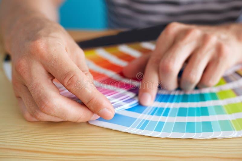 Grafische ontwerper die een kleur kiezen stock afbeelding