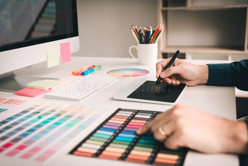 Grafische ontwerper die gebruikend digitale grafische tablet met colou werken stock afbeelding