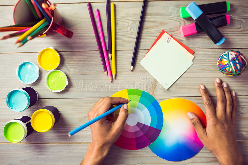 Grafische ontwerper die op kleurengrafiek trekken stock afbeelding