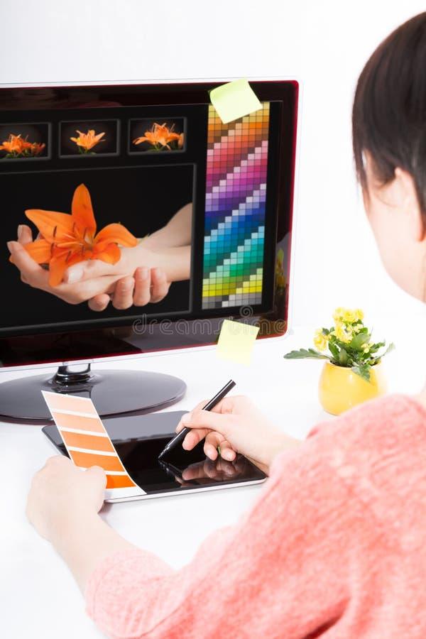 Grafische ontwerper op het werk De steekproeven van de kleur stock foto