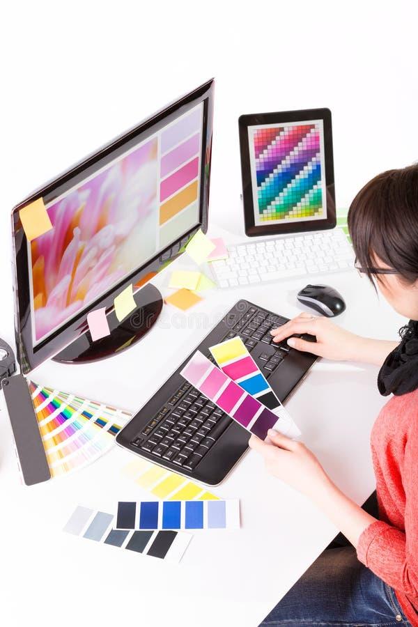 Grafische ontwerper op het werk De steekproeven van de kleur stock illustratie