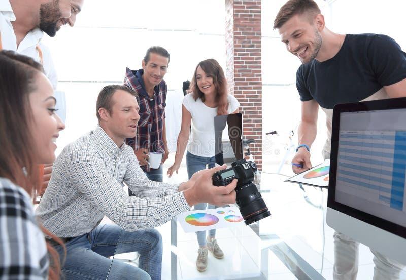 Grafische ontwerper op het werk De steekproeven van het kleurenmonster royalty-vrije stock foto's