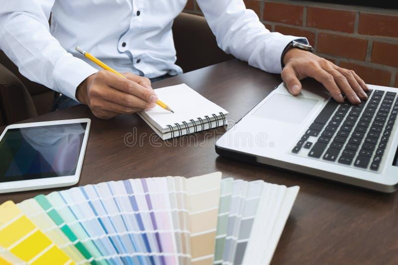 Grafische ontwerperbaan met kleurengrafieken op een modern kantoor stock fotografie