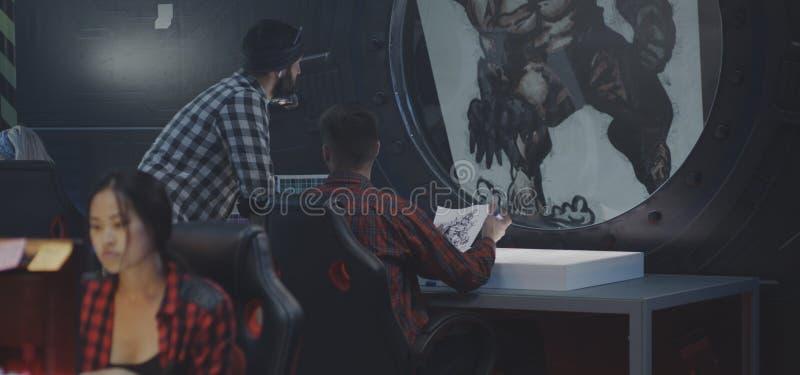Grafische ontwerpers die videospelletjes bespreken stock fotografie
