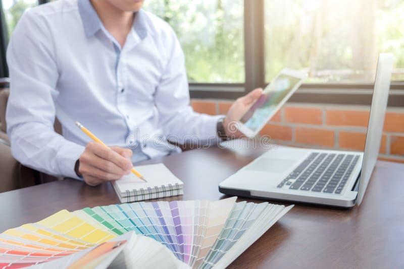 Grafisk formgivare för idérik kreativitet som arbetar med diagramtabellen royaltyfri foto