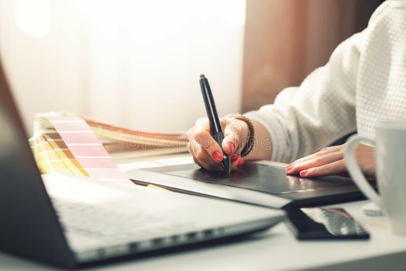 Grafisk formgivare för kvinna som använder den digitala teckningsminnestavlan royaltyfri fotografi