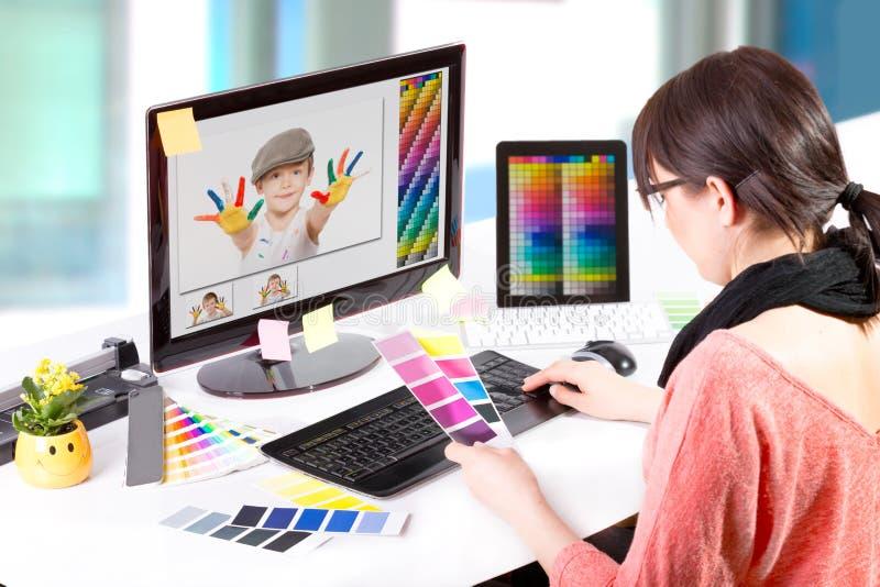 Grafisk formgivare på arbete. Färgprövkopior.