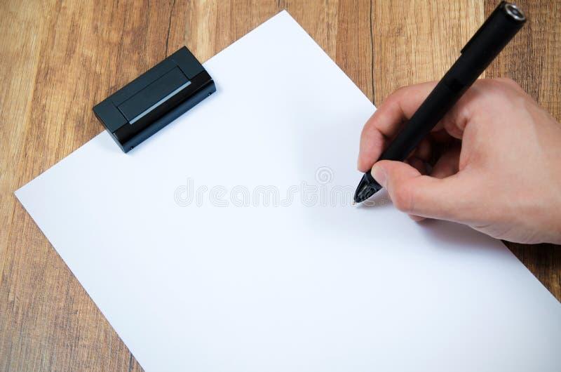 Grafisk formgivare som arbetar med den moderna digitaliserade pennan royaltyfri fotografi