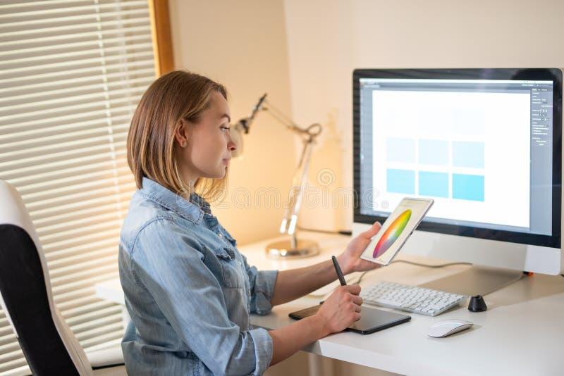 Grafisk formgivare som sitter på arbete illustrat?r Reng?ringsdukformgivare freelancer royaltyfri foto