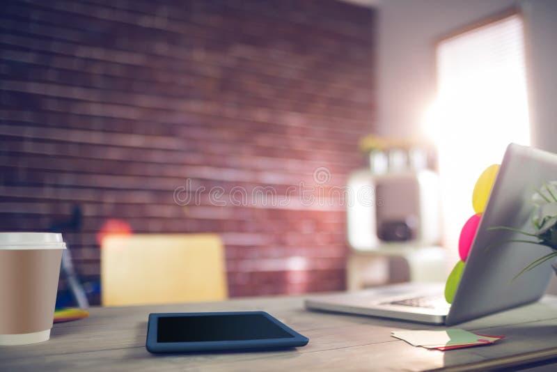 Grafisk minnestavla och bärbar dator på skrivbordet royaltyfri fotografi