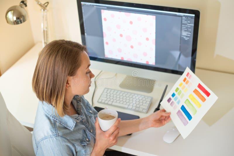 Grafisk rengöringsdukformgivare för flicka Arbeta p? ett projekt arbete med färg Frilans- formgivare arkivfoton