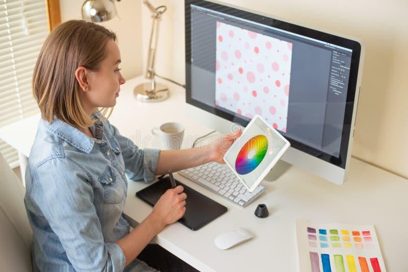 Grafisk rengöringsdukformgivare för flicka Arbeta p? ett projekt arbete med färg Frilans- formgivare royaltyfria bilder