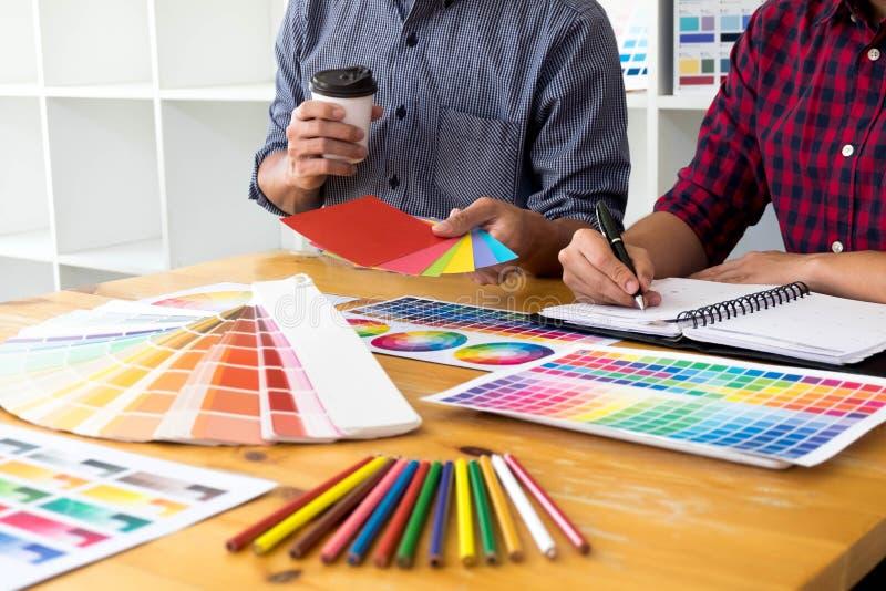 Grafiska formgivare väljer färger från färgmusikbandprövkopiorna för design Märkes- grafiskt kreativitetarbetsbegrepp arkivfoton